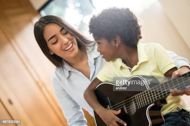 Prendre des leçons de guitare à l'école de garçon