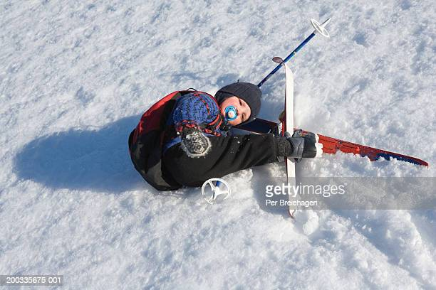 boy (2-4) tangled up in cross country skis, elevated view - chute ski photos et images de collection