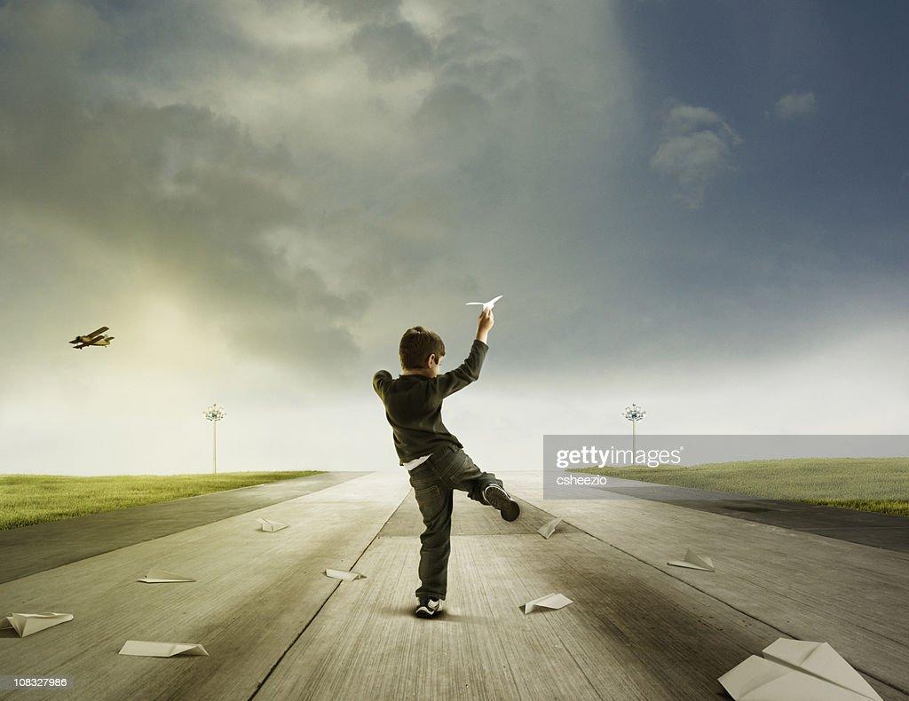Boy throwing paper planes : Stockfoto