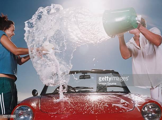 Niño tirando soapy agua a girl