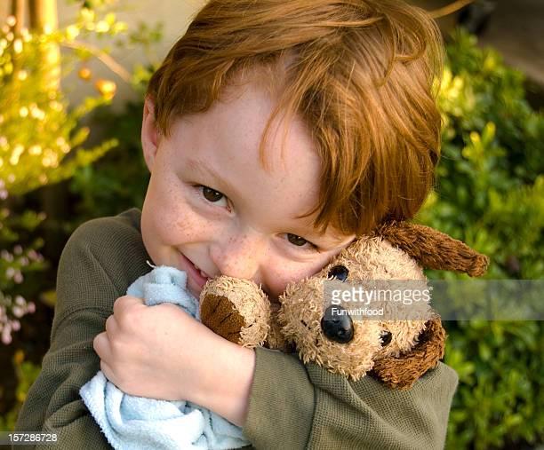 Petit garçon enfant embrassant chien peluche, enfant Consoler et se consoler avec couverture