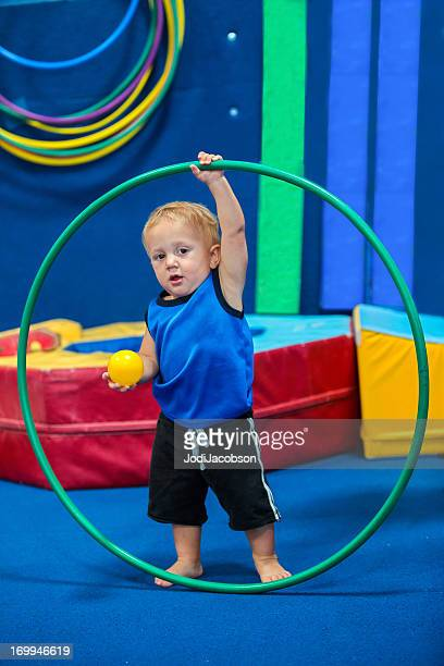 Garçon Enfant jouant