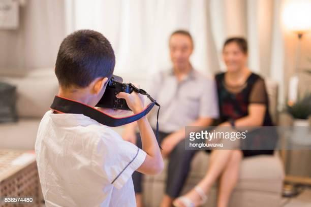 Junge nahm Bilder von seinen Großeltern