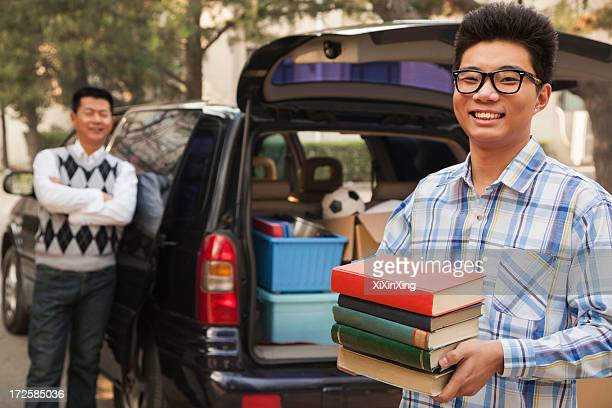 boy unpacking car for college - tag 1 stock-fotos und bilder