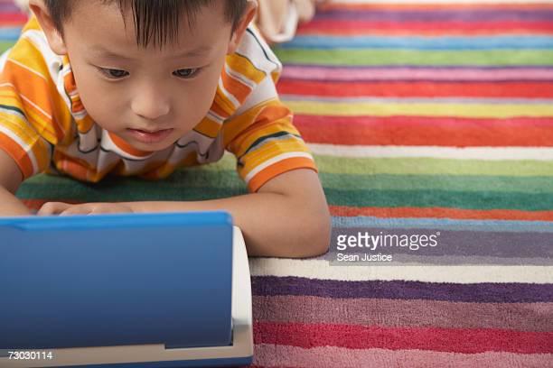 boy (4-6) using learning machine - china foto e immagini stock