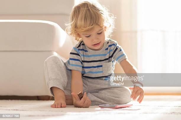 menino usando telefone inteligente - só um menino - fotografias e filmes do acervo