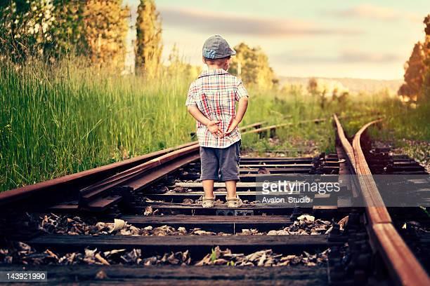 Junge wartet auf den Zug