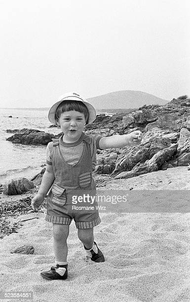 boy walking on beach - 1980 bildbanksfoton och bilder