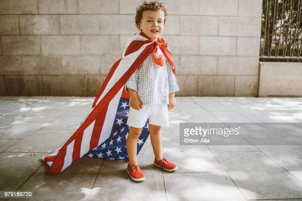 jongen wandelen met amerikaanse vlag - cape stockfoto's en -beelden