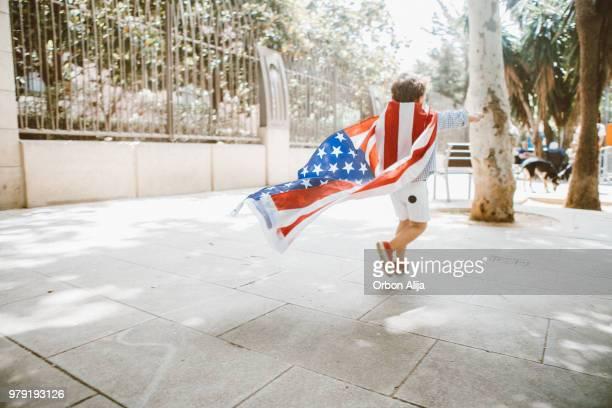 niño con bandera americana - julio fotografías e imágenes de stock