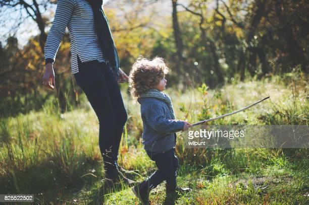 Junge mit Stock zu Fuß