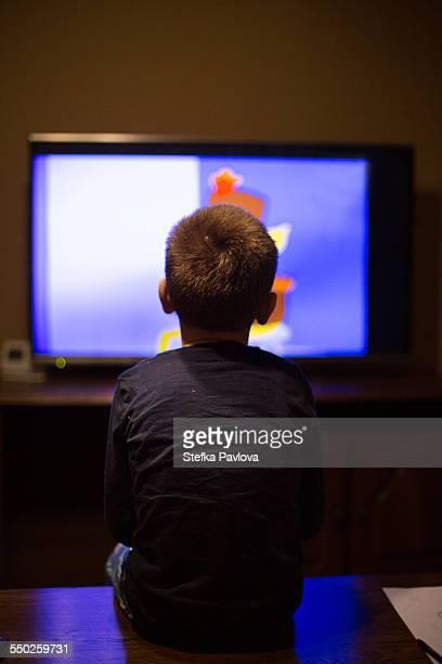boy watching tv - 大型テレビ ストックフォトと画像