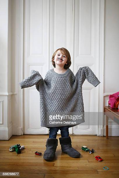 a boy wearing a moustache and a too long sweater - tamanho desproporcionado - fotografias e filmes do acervo