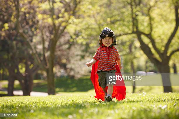 boy wearing aviator goggles, hat and cape - パイロットサングラス ストックフォトと画像