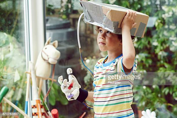 boy wearing home made virtual reality headset - nur kinder stock-fotos und bilder