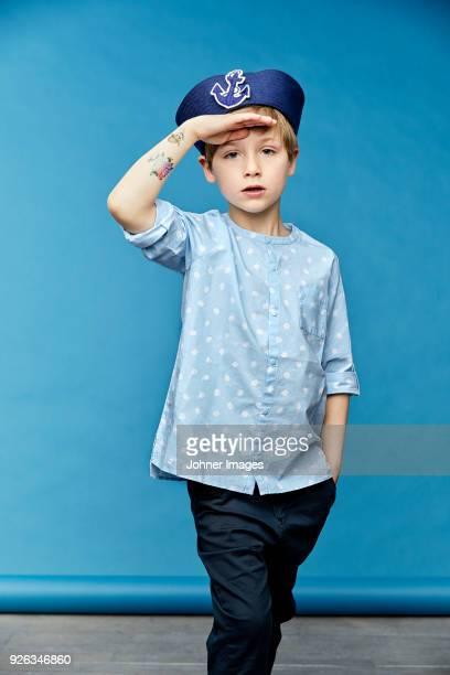 boy wearing sailor hat - marin photos et images de collection