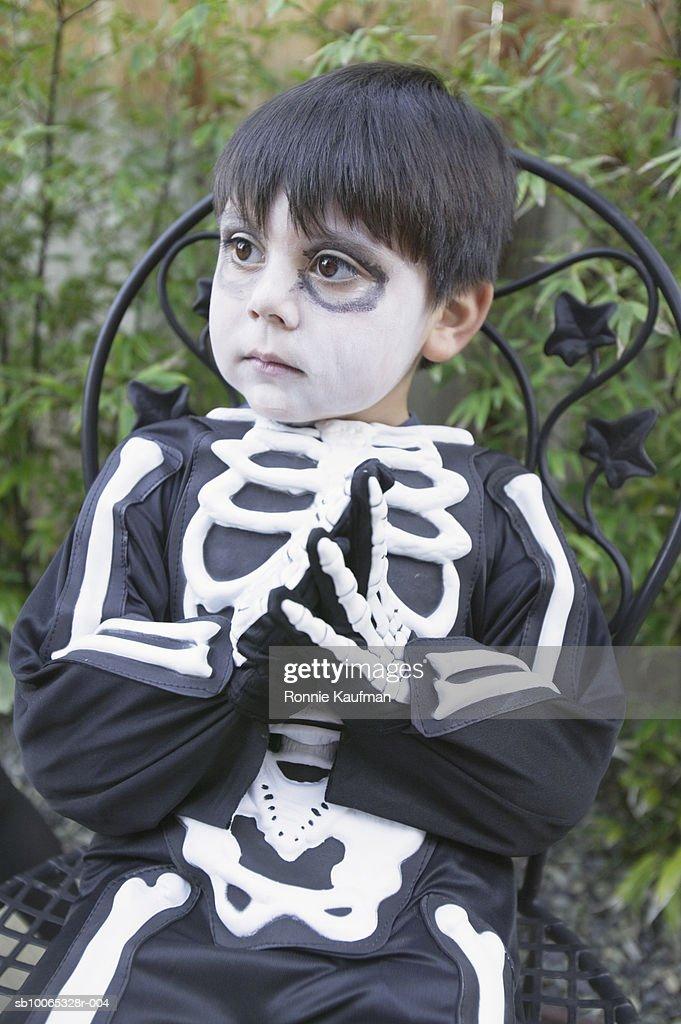 Boy (4-5) wearing skeleton Halloween costume, close-up : Foto stock