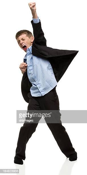Junge trägt Anzug mit Faust in der Luft