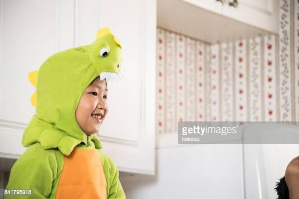 キッチンでお菓子を食べる少年。 - 男の子一人 ストックフォトと画像
