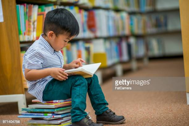 boy who loves reading - legge foto e immagini stock