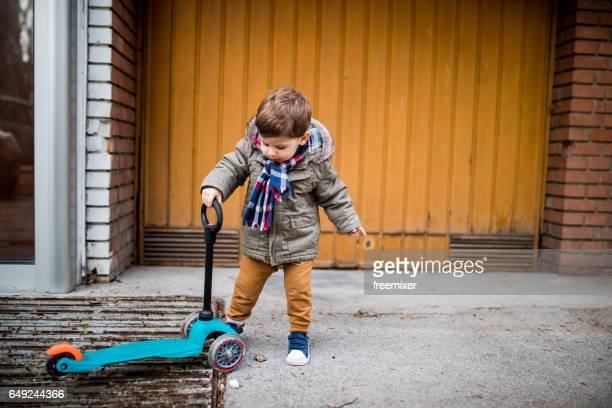 Junge mit Roller