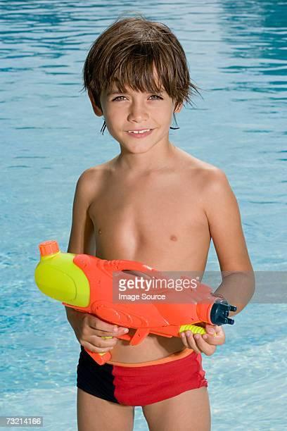 junge mit einem wasserpistole - knaben in badehosen stock-fotos und bilder