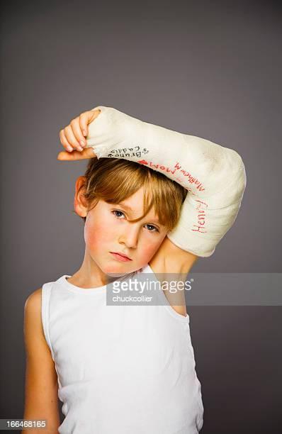 Niño con brazo fracturado