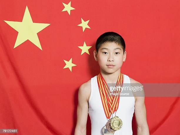Junge mit chinesischen Flagge und Medaillen