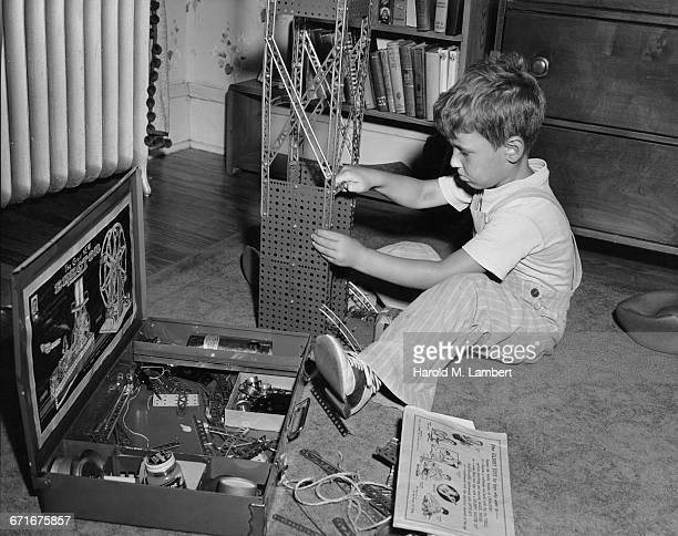 boy with erector set  - escrita ocidental - fotografias e filmes do acervo