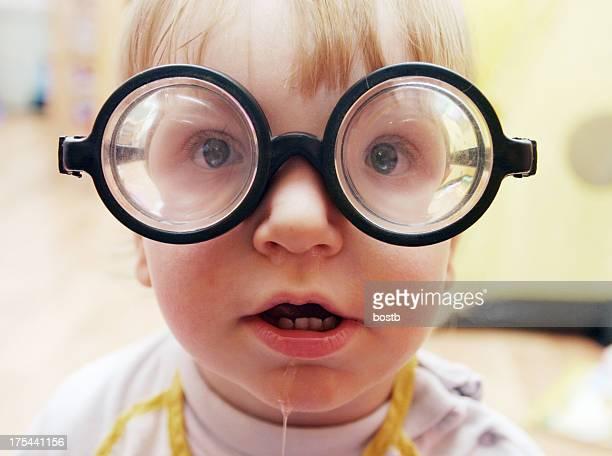 少年、面白いメガネ