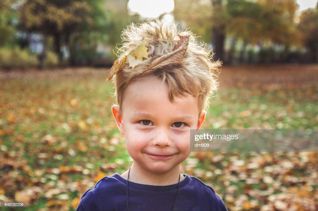 boy with leaves in hair : Stock-Foto