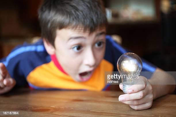 Garçon avec éclairage Ampoule électrique