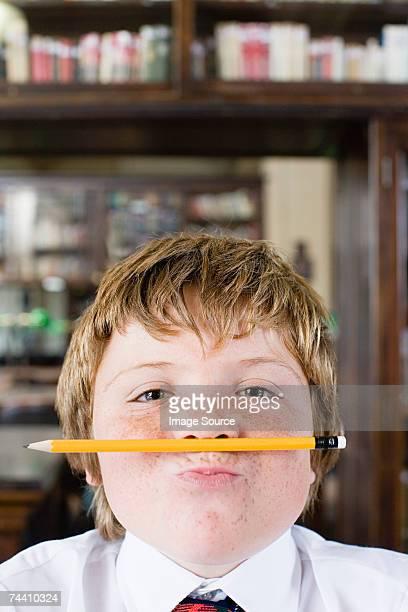 Junge mit Bleistift unter seine Nase