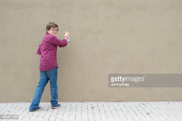 Junge mit spray können und wall
