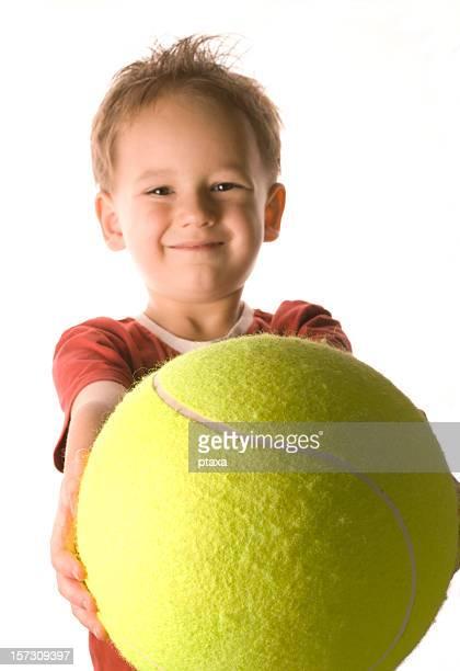 Junge mit tennis ball