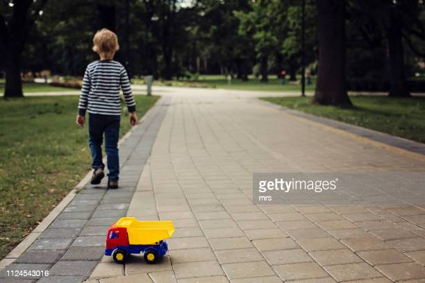 boy with toy car - autismo fotografías e imágenes de stock