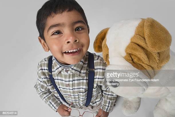 """boy with toy dog - """"compassionate eye"""" - fotografias e filmes do acervo"""