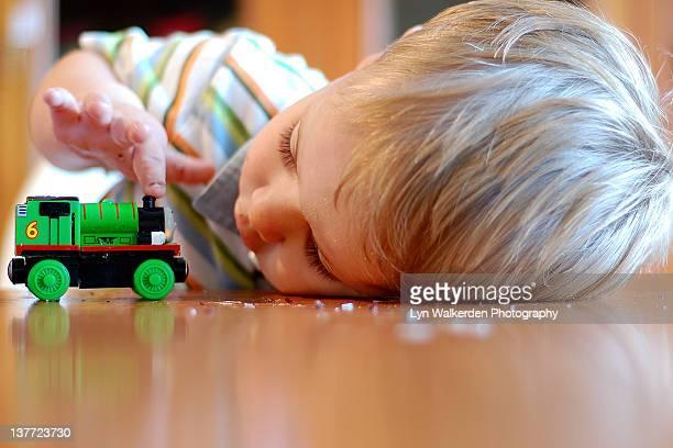 boy with toy train - 模型の汽車 ストックフォトと画像