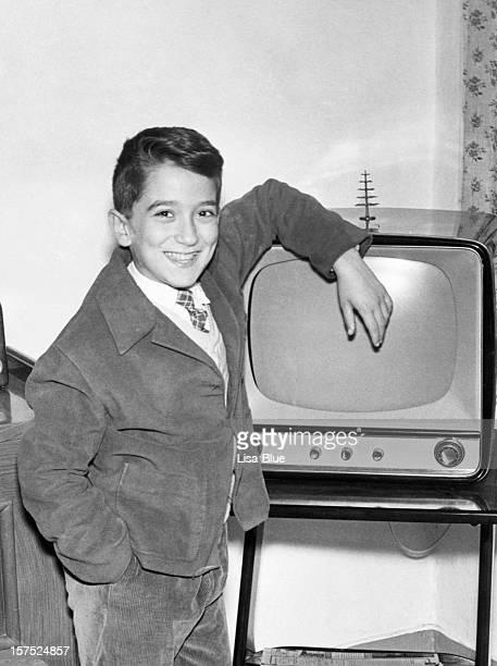 Niño con televisor en 1952.Black y blanco