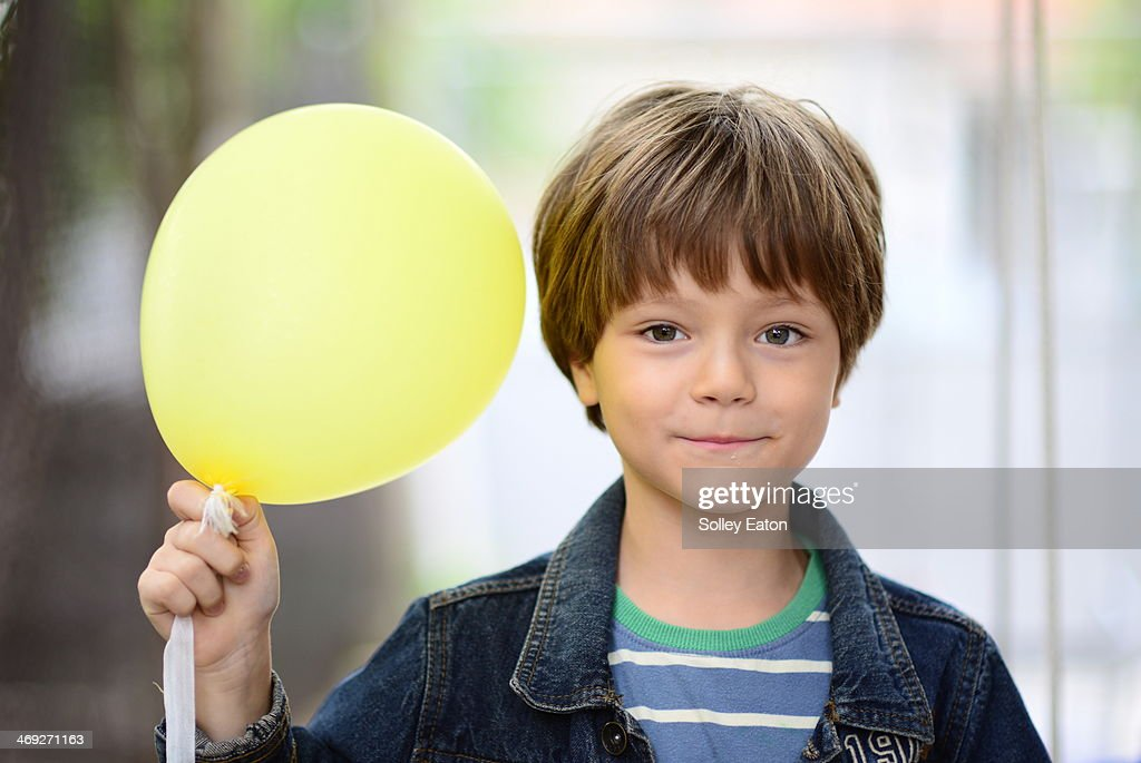 boy with yellow balloon : Foto de stock