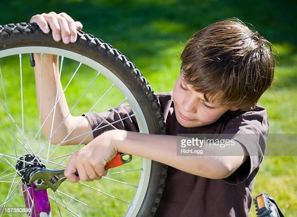 Junge Arbeiten auf einem Fahrrad