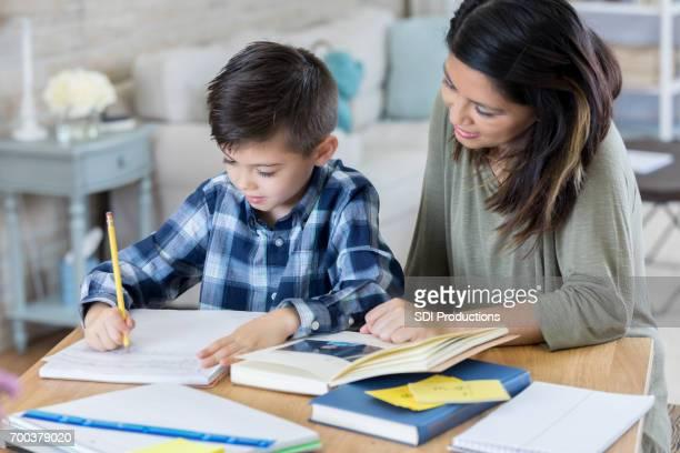Garçon travaille sur les devoirs dans sa chambre
