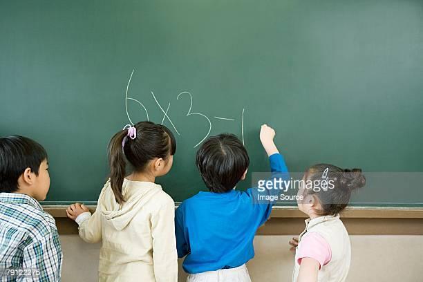 少年書き込み、黒板に合計