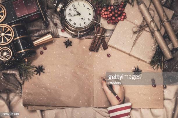 junge schreiben brief an den weihnachtsmann - zusammenstellung stock-fotos und bilder