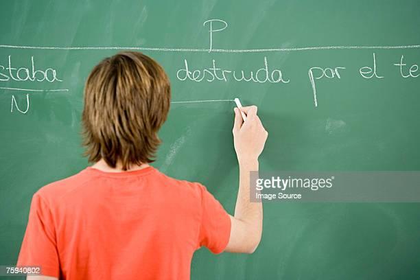 boy escritura en pizarra - cultura española fotografías e imágenes de stock