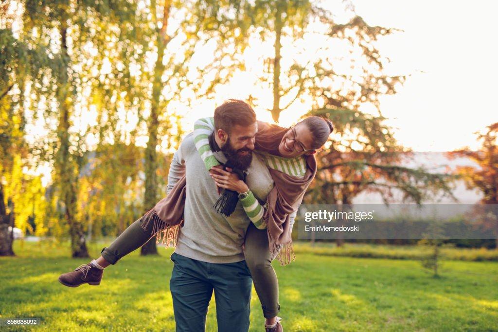 Freund mit seiner Freundin auf Schultern im freien : Stock-Foto