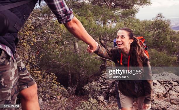 freund freundin junge wanderer auf den berg klettern zu helfen - hoch position stock-fotos und bilder