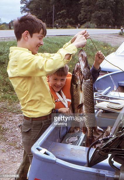 Garçons et de poisson rétro 1972,