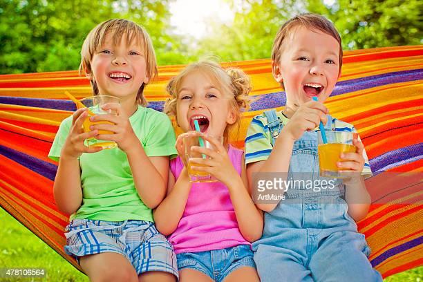 chicos y chica en el verano - linda pop fotografías e imágenes de stock