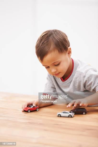男の子とおもちゃ。